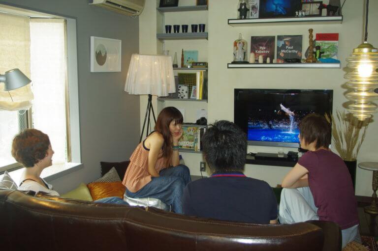 広いリビングにはソファーやテレビがあり、他の入居者との会話も自然と弾む