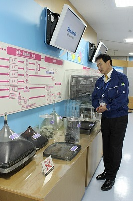 Tomita explains the recycling process.