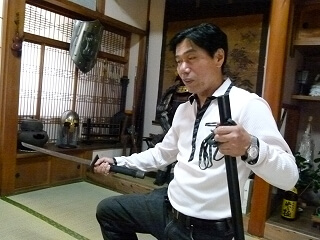 Jinichi Kawakami, the present day ninja who inherited the techniques and knowledge of shinobi passed down from the 16th century Sengoku period (the Warring States period) Jinichi Kawakami, associate professor at Mie University Community Research Cooperation Center and 21st generation teacher of Koka-ryu Ban-to ninjutsu