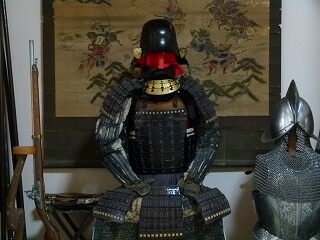 Battle drawing and armor passed down to the Kawakami household decorate the toko-no-ma (an alcove in a Japanese-style room used for display purposes)