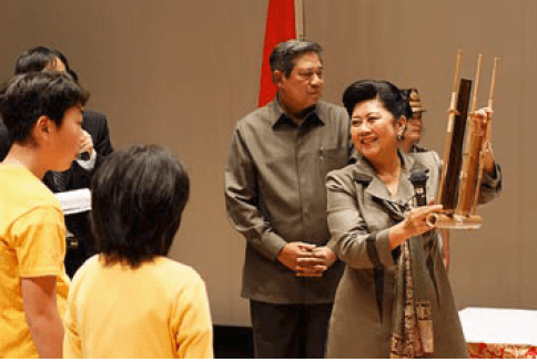 Mrs. Ani Yudhoyono accompanied the president, Mr. Yudhoyono (center) to Kesennuma in June, 2011. She was introducing an angklung, a bamboo-made Indonesian musical instrument. (Photo by courtesy of Indonesian Embassy Japan)