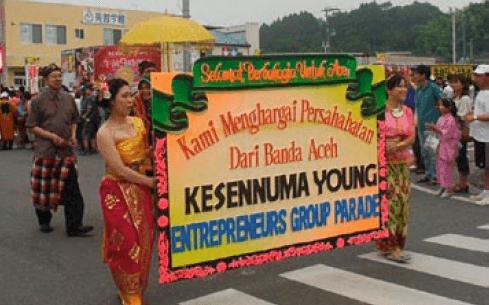 An Indonesian parade at the summer festival in Kesennuma, 2012 (Photo by courtesy of Kesennuma Tourism & Convention Bureau)