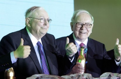 チャーリー・マンガー(左)