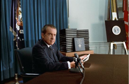 ホワイトハウスで撮られた辞任前のニクソン大統領の写真(1974年4月)